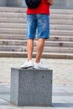 Person, die auf einem Würfel steht Lizenzfreie Stockfotos