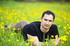 Person, die auf Gras liegt stockbild