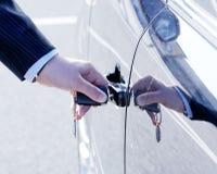 Person, die Auto-Taste einsteckt stockbilder