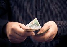 Person, die bestimmten Betrag Geld zählt Stockbilder