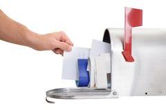 Person, die Brief vom Briefkasten nimmt Lizenzfreies Stockbild
