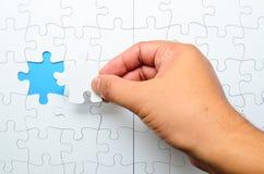 Person, die das letzte Puzzlespielstück passt Geschäftskonzept für den Abschluss des abschließenden Puzzlespielstückes Lizenzfreie Stockfotografie