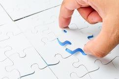 Person, die das letzte Puzzlespielstück passt Geschäftskonzept für den Abschluss des abschließenden Puzzlespielstückes Stockfotografie