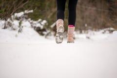 Person, die durch tragende Stiefel des Schnees geht Stockfoto