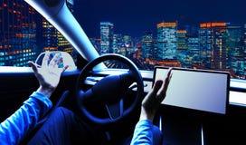Person, die ein Auto im Modus der automatischen Kurssteuerung verwendet stockfotos