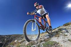 Person, die ein Fahrrad reitet Stockfotografie