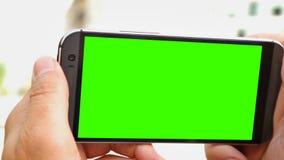 Person, die ein 360-Grad-Video auf Smartphone mit grünem Schirm, Alphakanal herstellt stock video