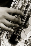 Person, die ein Saxophon spielt Lizenzfreie Stockbilder