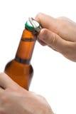 Person, die eine Flasche Bier öffnet Stockbild