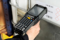 Person, die einen Barcode mit einem Scanner scannt Lizenzfreies Stockbild