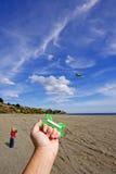 Person, die einen Drachen an einem sonnigen Tag mit dem Jungen ein überwacht fliegt Stockfotos