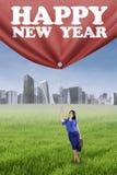 Person, die einen Text des guten Rutsch ins Neue Jahr zieht Stockfoto