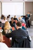 Person, die an einer Konferenz teilnimmt Lizenzfreie Stockfotografie