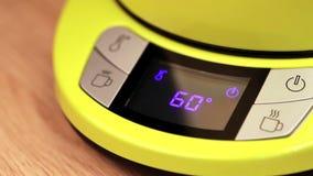 Person, die elektrische Teekesseltemperatur bis 80 C (170F, einstellt) stock footage