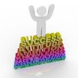 Person, die Erfolg - auf Wörtern feiert Stockbilder