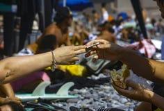 Person, die für ein Sandwich am Strand von Makaha in Lima Peru zahlt lizenzfreies stockfoto