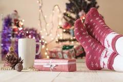 Person, die Feiertag Eve mit Geschenk und heißem Getränk genießt Stockbilder