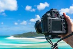 Person, die Foto mit DSLR-Kamera macht Lizenzfreie Stockfotografie