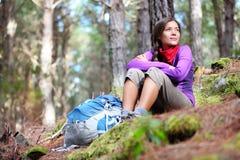 Person, die - Frauenwanderer sitzt im Wald wandert Stockbild