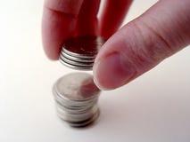 Person, die Münzen stapelt stockbild