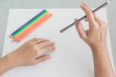 Person, die mit farbigen Bleistiften skizziert Stockfotos