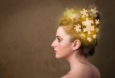 Person, die mit glühendem Puzzlespielverstand denkt Lizenzfreies Stockbild