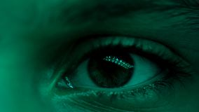 Person, die nach Hause am Abend, extreme Augennahaufnahme, Reflexion, Verkehr f?hrt stockbild