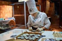 Person, die nach innen von der selbst gemachten Schokoladen-Fabrik Lembergs arbeitet stockfotografie