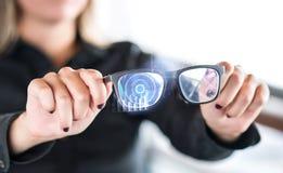 Person, die nanotech intelligente Gläser hält Eyewear mit wechselwirkender vergrößerter Wirklichkeit lizenzfreie stockbilder