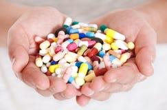 Person, die pharmazeutische Produkte hält Stockbild