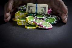 Person, die Poker spielt und Karten betrachtet stockbild