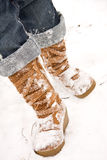 Person, die in Schnee geht Stockfoto
