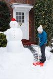 Person, die Schnee schaufelt lizenzfreie stockfotos