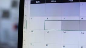 Person, die wenige Tage im on-line-Tagebuch mit roter Farbe, Feiertage, Ferien festlegt stock footage