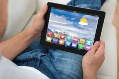 Person With Digital Tablet Showing Apps Photographie stock libre de droits