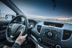 Person Driving-auto met vooruit weg stock fotografie