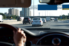 Person Driving Car på huvudvägen Arkivbild