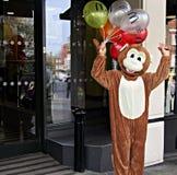 Person in einem Affe-Kostüm außerhalb McDonalds-Restaurants in Windsor Berkshire Großbritannien Stockfotografie