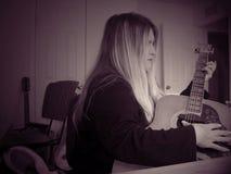 Person född under en baby boom som älskar musik Fotografering för Bildbyråer