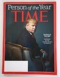 Person för Tid tidskrift av frågan för år 2016 med Donald J trumf Arkivbild