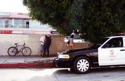 Person festgenommen nahe dem Polizeiwagen lizenzfreie stockfotos