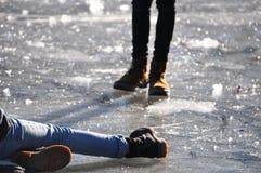 Person geglitten auf gefrorenem See Lizenzfreies Stockfoto