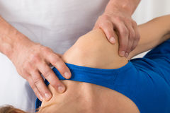 Person Giving Massage To Woman en balneario Imagen de archivo libre de regalías