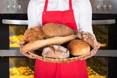 Person Hand Holding Plate Full von Broten und von Brötchen Lizenzfreie Stockfotos