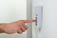 Person Hand Pressing Button On-Veiligheidssysteem stock afbeelding