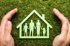 Person Hand Protecting Family Home Stockfoto