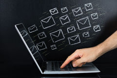 Person Hand Sending The Email d'ordinateur portable Photos libres de droits