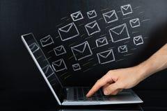 Person Hand Sending The Email vom Laptop Lizenzfreie Stockfotos