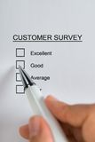 Person Hands Filling Customer Survey-Form Lizenzfreie Stockfotografie