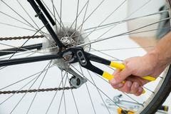 Person Hands Fixing Bicycle Wheel royalty-vrije stock afbeelding